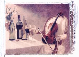 Violin in Chair Next to Wine Bottles (detalle), Don Mason.