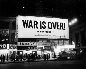 "12/15/1969-New York, NY- Valla en Times Square con el mensaje ""War is Over... If you want it. Happy Christmas from John and Yoko."" Una de muchas compradas en 11 grandes ciudades por Lennon y Ono para promover la paz."