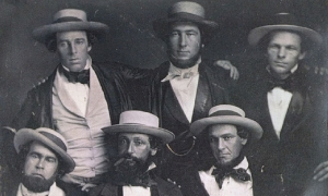 "Una foto atribuida a ""The New York Knickerbockers Baseball Club"" alrededor de 1847. Arriba (izq. a der.): Alfred Cartwright, Alexander Cartwright y William Wheaton. Abajo (izq. a der.): Duncan Curry, Daniel ""Doc"" Adams y Henry Tiebout Anthony. Alfred Cartwright, hermano Alexander, no era miembro del equipo."