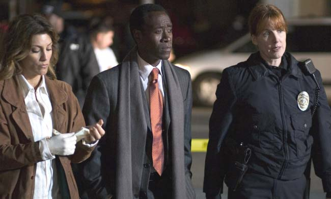 Jennifer Esposito, Don Cheadle y extra en Crash.